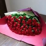 結婚記念日に100本のバラの花束を