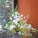 白とグリーンでお悔みのお花