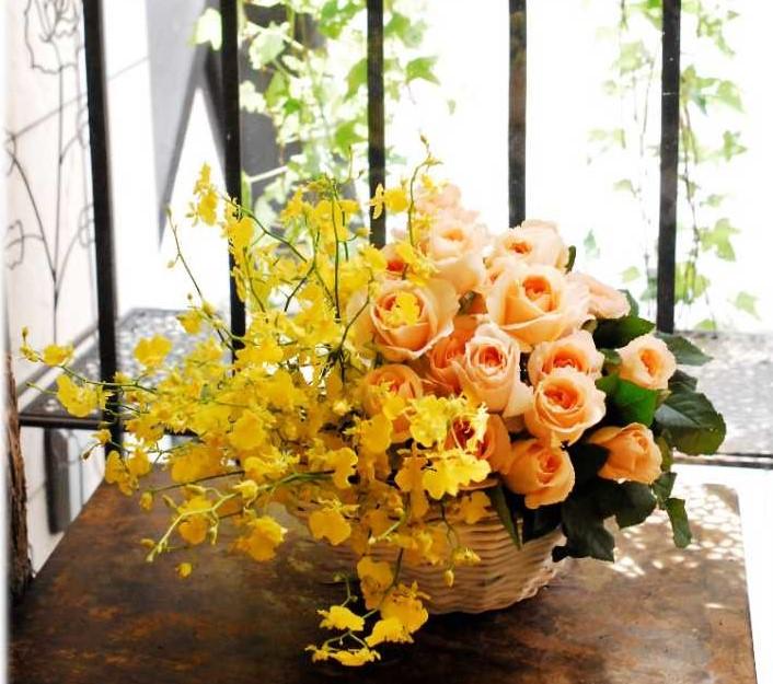 オンシジウムとバラのアレンジ